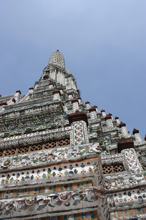 bangkok-wat-arun-close-view-from-the-bottom